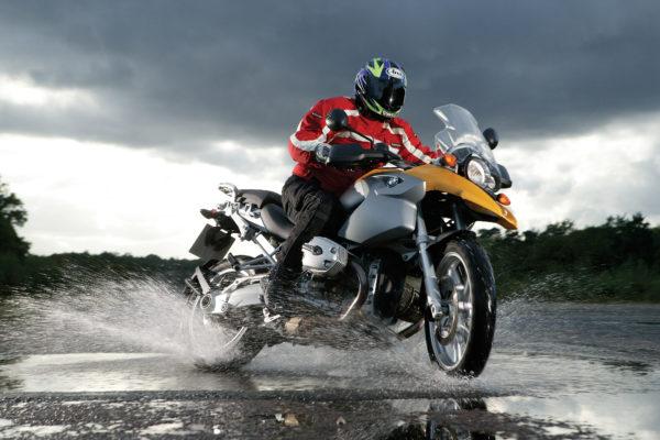 Frenar Moto en Mojado